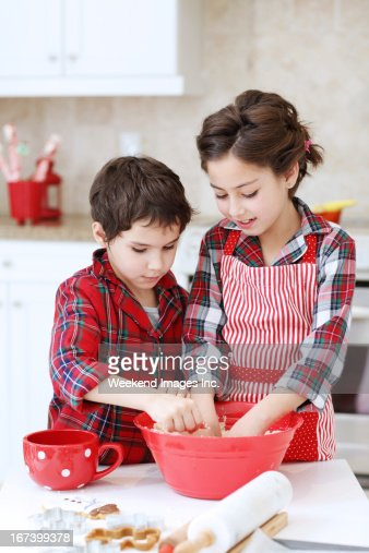 Kids baking sugar cookies : Stockfoto