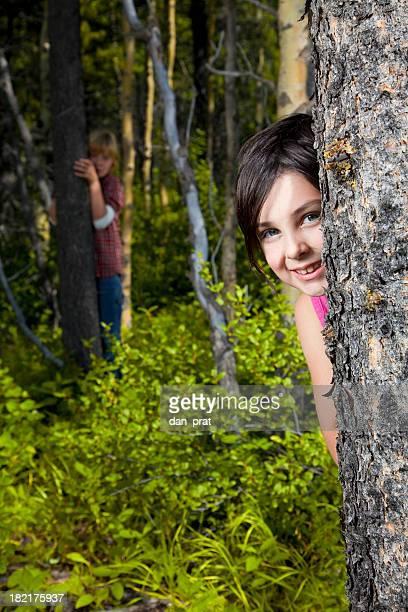 Enfants derrière les arbres