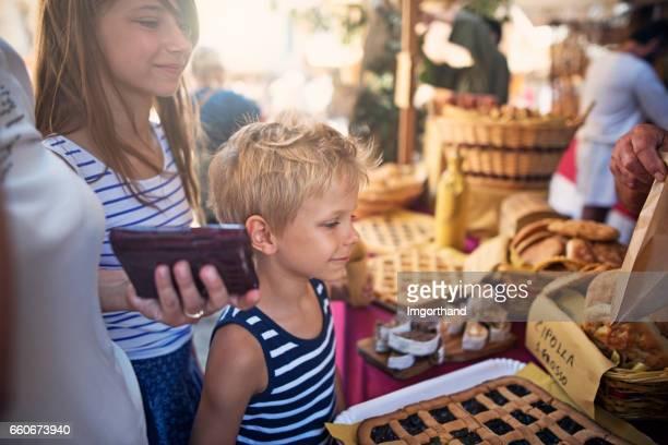イタリア菓子のストリート マーケットで子供 boying ケーキ