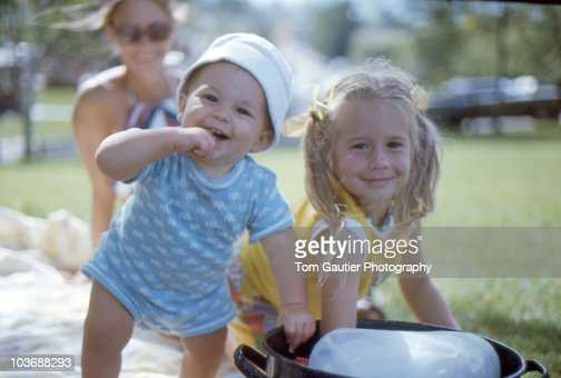 Kids cooling off in the park on hot summer day : Stock-Foto