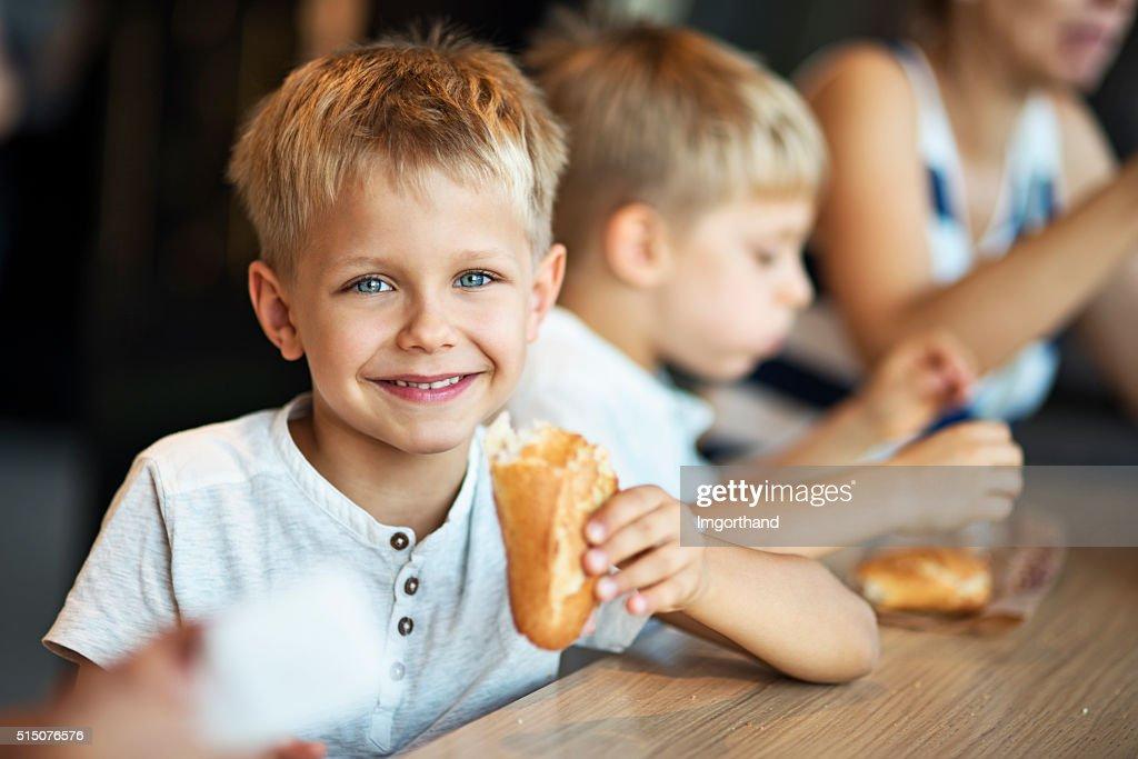 """Kinder essen Baugette Sandwichs in Paris """" : Stock-Foto"""