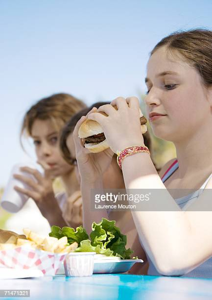 Kids eating hamburgers