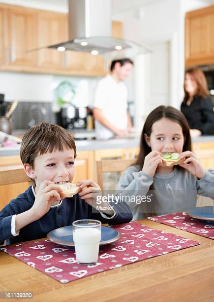 Kids eating sandwich