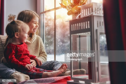 Kids enjoy the snowfall : Foto de stock