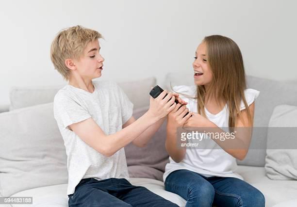 Kinder kämpfen über die Fernbedienung