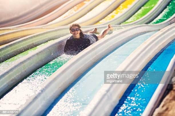 Les enfants s'amuser dans un parc aquatique
