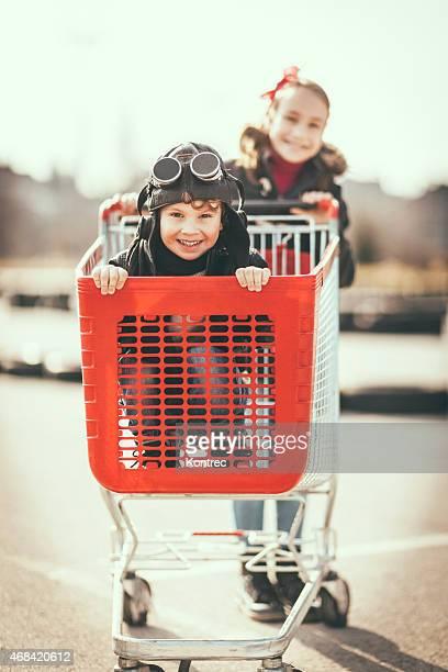 Enfants s'amusant avec panier d'achats