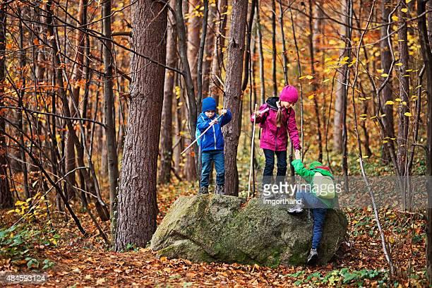 Niños de excursionismo en el bosque de otoño