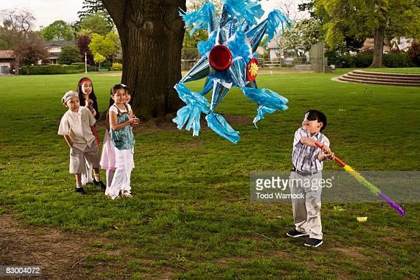 Kinder schlagen Piñata
