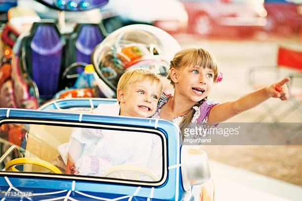 Enfants au parc d'attractions