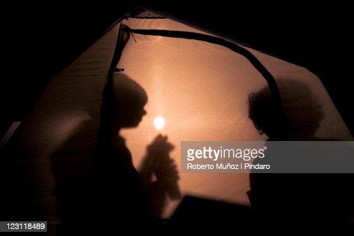 kids inside tent : ストックフォト