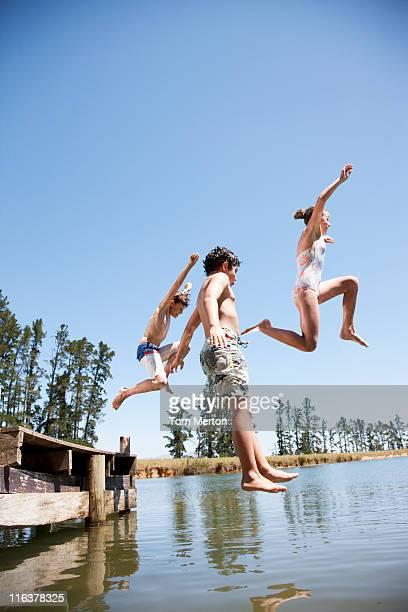 Enfants de sauter dans le lac
