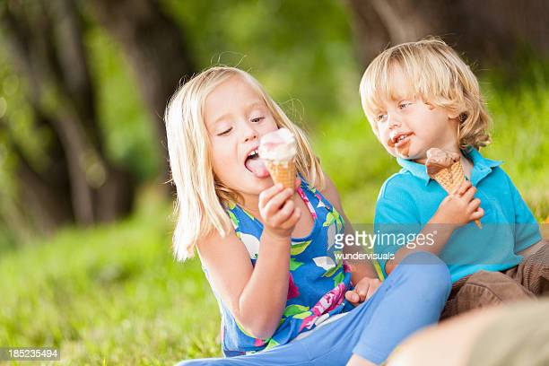 Kinder ein Eis lecken