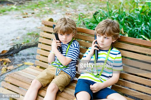 Kids listening to audio guide on excursion : Stockfoto