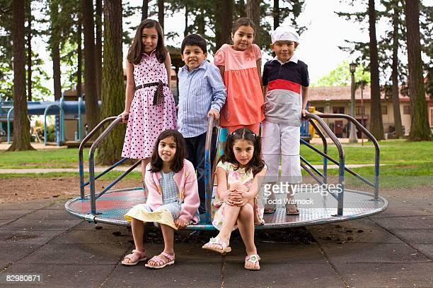Enfants dans le terrain de jeu de manège