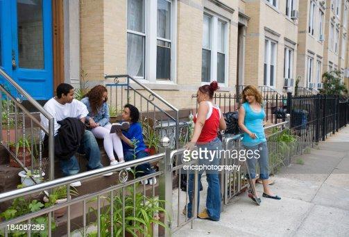 Hispanic amis sur les marches