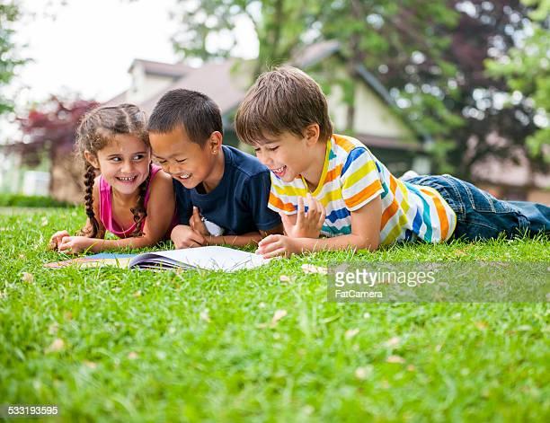 Les enfants à l'extérieur
