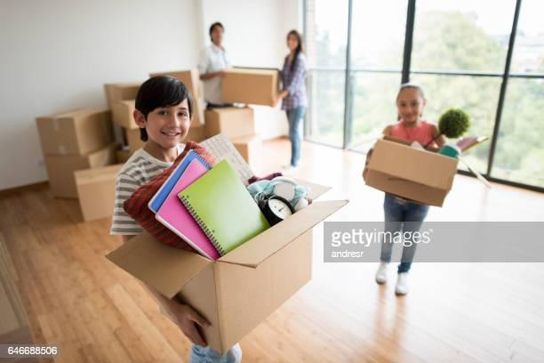 Kinder packen beim Umzug mit ihrer Familie