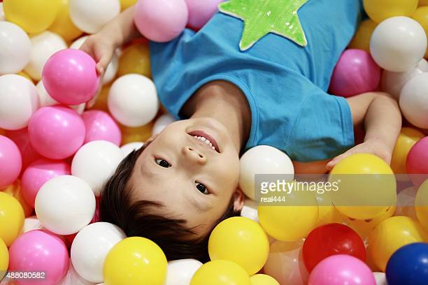 Kinder spielen in der ball-pool
