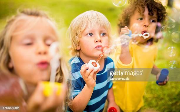 Les enfants jouer avec des bulles ensemble des