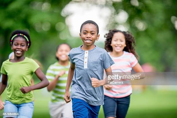 Bambini Runnign intorno al parco