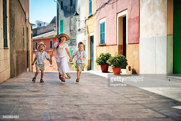Kinder Laufen in der mediterranen Stadt.
