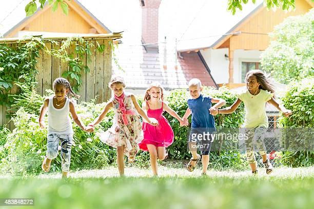 Enfants courir dans le parc