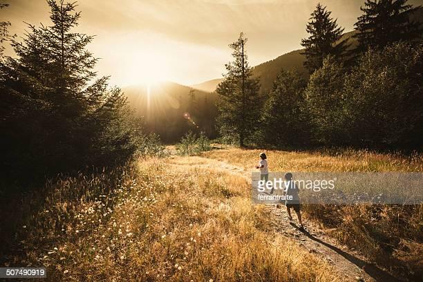 Kinder Laufen in die Sonne