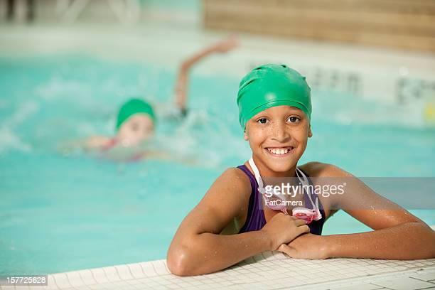 Kinder im pool schwimmen-team