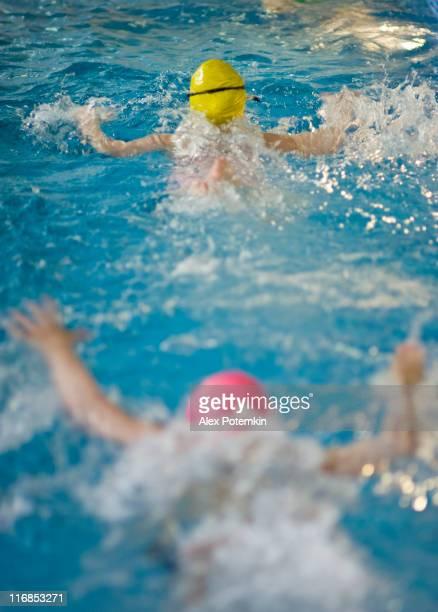 Enfants nager dans la piscine