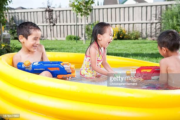 Kinder schwimmen im Planschbecken