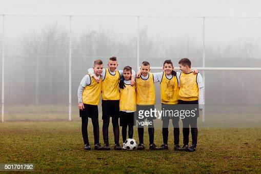 Enfants jouant au football une équipe avec Photo.