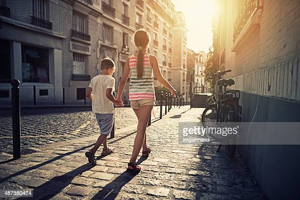 Los niños pueden caminar en bello calles de Montmartre, París