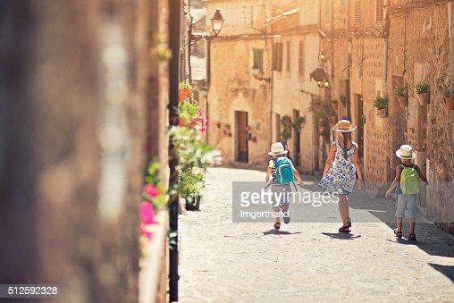 Bambini a piedi nel Mediterraneo street.