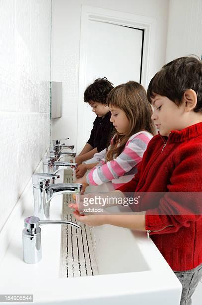 Les enfants se laver les mains dans la salle de bains
