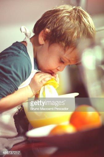 kidsqueezing oranges 2