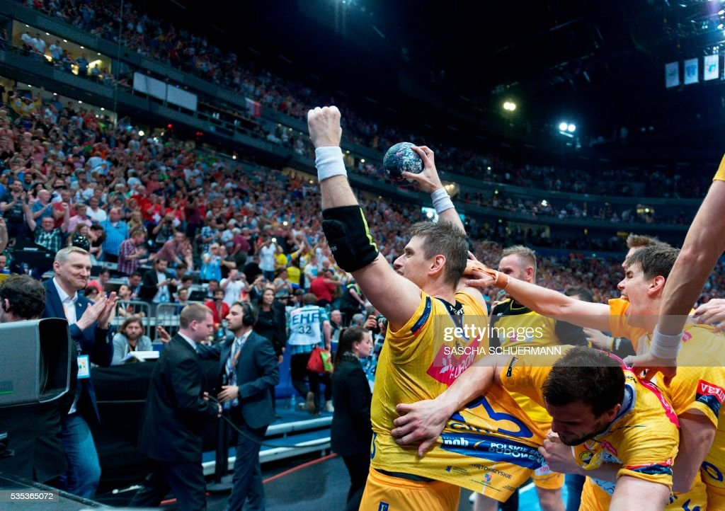 Kielce's Zorman Uros (L) and his teammates players celebrate winning the Handball EHF Champions League final Four Final match between KS Vive Tauron Kielce and MVM Veszprém in Cologne, western Germany, on May 29, 2016. / AFP / SASCHA