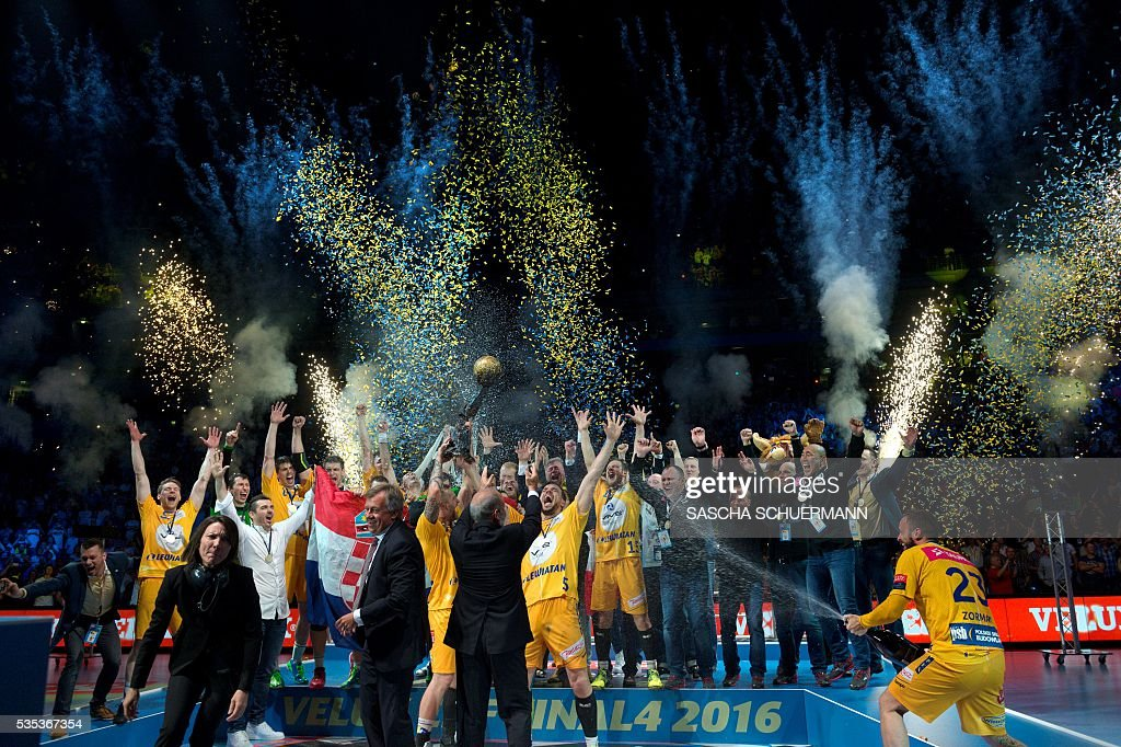 Kielce's players celebrate with the trophy after winning the Handball EHF Champions League final Four Final match between KS Vive Tauron Kielce and MVM Veszprém in Cologne, western Germany, on May 29, 2016. / AFP / SASCHA