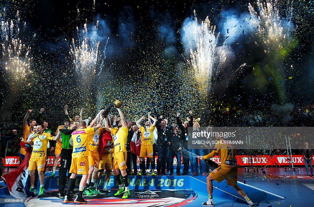 Kielce's players celebrate with the trophy winning the Handball EHF Champions League final Four Final match between KS Vive Tauron Kielce and MVM Veszprém in Cologne, western Germany, on May 29, 2016. / AFP / SASCHA