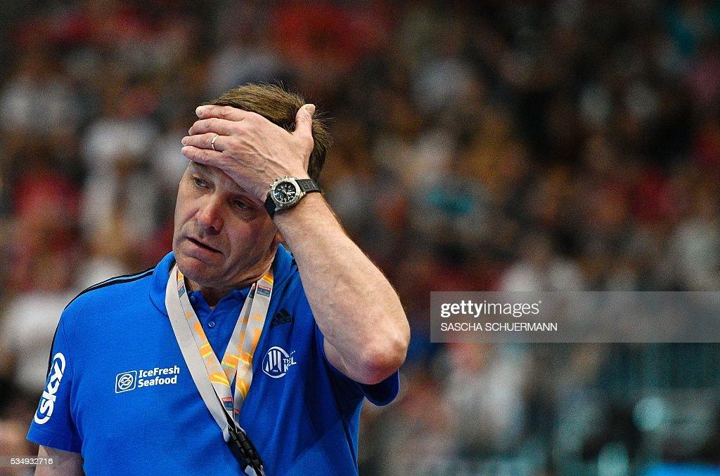 Kiel's head coach Alfred Gislason reacts during the Handball EHF Champions League final Four semi-final match between THW Kiel and MVM Veszprem in Cologne, western Germany, on May 28, 2016. / AFP / SASCHA