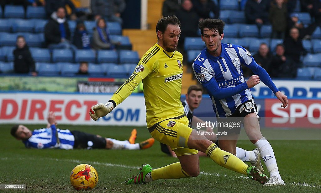 <a gi-track='captionPersonalityLinkClicked' href=/galleries/search?phrase=Kieran+Lee&family=editorial&specificpeople=3836097 ng-click='$event.stopPropagation()'>Kieran Lee</a> of Sheffield Wednesday beats David Button of Brentford to score his teams third goal during the Sky Bet Championship match between Sheffield Wednesday and Brentford at Hillsborough Stadium on February 13, 2016 in Sheffield, United Kingdom.
