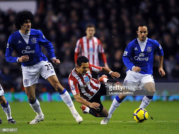 Kieran Richardson of Sunderland battles with Marouane Fellani and Landon Donovan of Everton during the Barclays Premier League match between Everton...