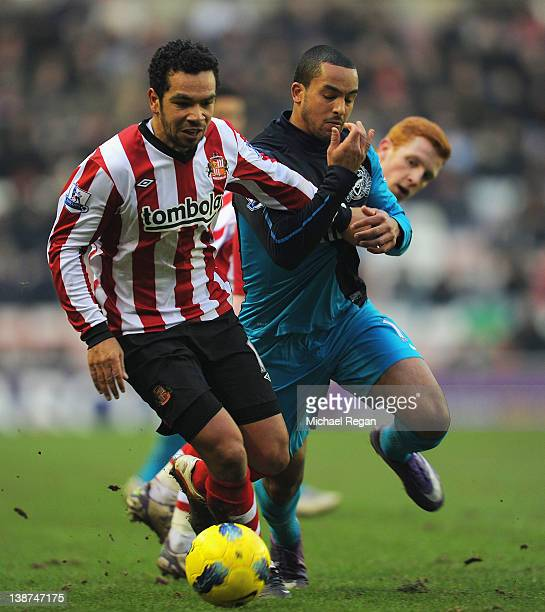 Kieran Richardson of Sunderland in action with Theo Walcott of Arsenal during the Barclays Premier League match between Sunderland and Arsenal at the...