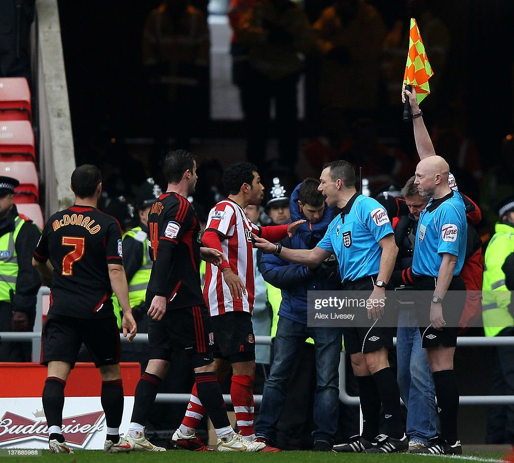 Kieran Richardson of Sunderland protests to Referee Kevin Friend and his Assistant after Craig Gardner's goal was disallowed during the FA Cup Fourth...