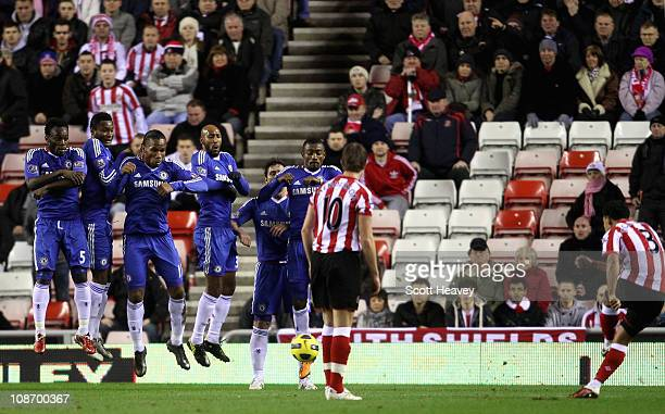 Kieran Richardson of Sunderland scores a free kick during the Barclays Premier League match between Sunderland and Chelsea at the Stadium of Light on...