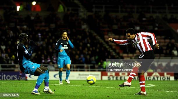 Kieran Richardson of Sunderland scores the opening goal during the FA Cup Fifth Round match between Sunderland and Arsenal at The Stadium of Light on...