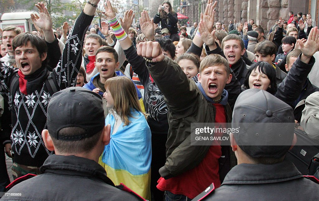 Les Nouvelles du Kolozistan  - Page 5 Kiev-ukraine-young-nationalists-shout-in-front-of-police-as-they-picture-id72166869