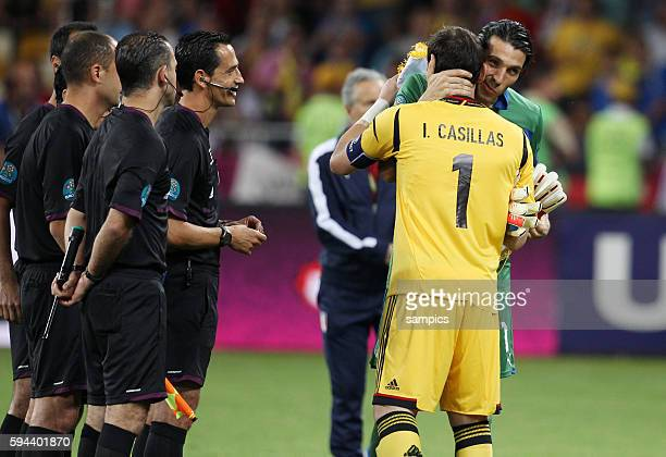 Gianluigi Buffon und Iker Casillas begrüssen sich Referee Pedro Proenca lacht Spanien ist Fussball Europameister 2012 Fussball EM 2012 Finale Spanien...