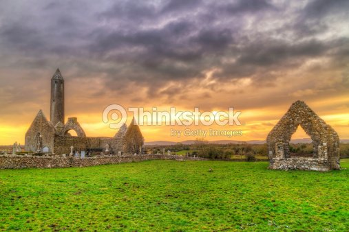 Discussion sur l'étoile du 16 avril    2019 - Page 2 Kilmacduagh-monastery-with-stone-tower-at-sunset-picture-id450715381?s=170667a&w=1007