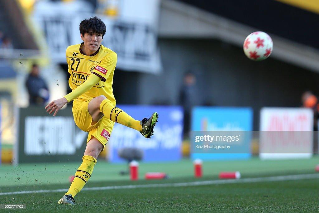 Kim Chang Soo of Kashiwa Reysol in action during the 95th Emperor's Cup semi final match between Urawa Red Diamonds and Kashiwa Reysol at Ajinomoto Stadium on December 29, 2015 in Chofu, Tokyo, Japan.